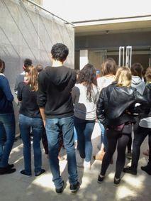 Les élèves de Notre-Dame de Sion-Evry devant le Mur des noms. Mai 2014